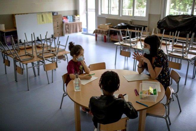 Μικροί μαθητές σε νηπιαγωγείο της Βαρκελώνης τον Ιούνιο