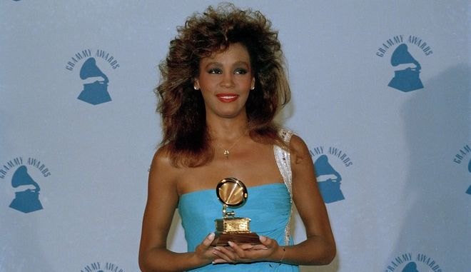 "H Whitney Houston με το Grammy για το ""Saving all my love for you"", το 1986 (AP Photo/Lennox McLendon)"