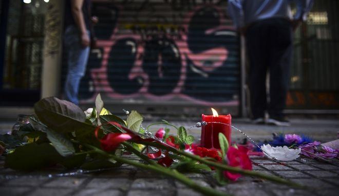 Λουλούδια, κεριά και σημειώματα στο πεζοδρόμιο έξω από το κοσμηματοπωλείο στην οδό Γλάδστωνος στην Ομόνοια