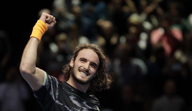 Εικόνα από τη νίκη του Στέφανου Τσιτσιπά επί του Ρότζερ Φέντερερ στο Λονδίνο για το ATP Finals