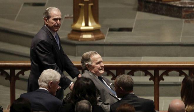 Οι δύο πρώην πρόεδροι των ΗΠΑ στην κηδεία της Μπάρμπαρα Μπους