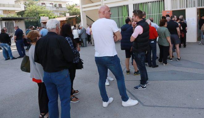 Ουρά ψηφοφόρων σε εκλογικό κέντρο