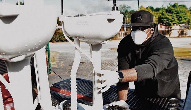 Φορητοί νιπτήρες στις ΗΠΑ για να πλένουν τα χέρια τους οι άστεγοι