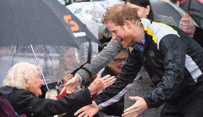 Βίντεο: Η στιγμή που ο πρίγκιπας Χάρι αναγνωρίζει στο πλήθος 97χρονη θαυμάστριά του