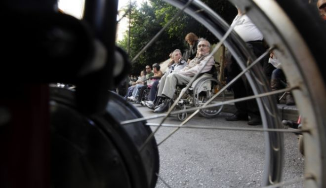 Συλλαλητήριο ατόμων με αναπηρία έξω από το υπουργείο Εργασίας και πορεία διαμαρτυρίας προς το υπουργείο Οικονομικών, Πέμπτη 31 Οκτ. 2013. (EUROKINISSI/ΓΕΩΡΓΙΑ ΠΑΝΑΓΟΠΟΥΛΟΥ)