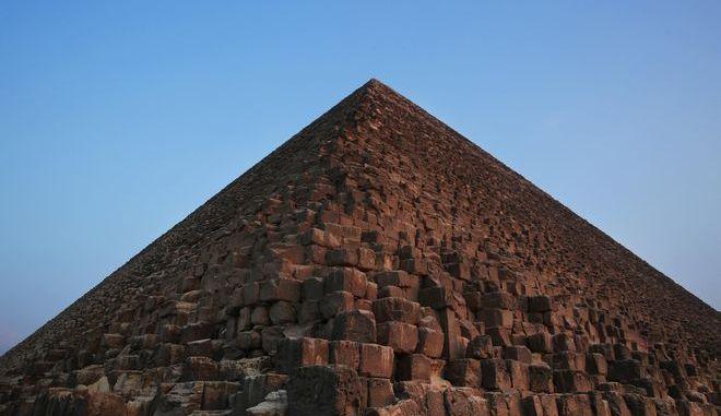 Η Πυραμίδα του Χέοπα, επίσης γνωστή ως η Μεγάλη πυραμίδα της Γκίζας ή Μεγάλη Πυραμίδα