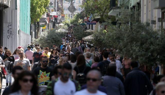 Πλήθος κόσμου στον πεζόδρομο της Ερμού, Κυριακή