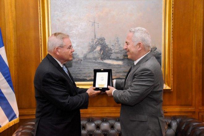Στιγμιότυπο από τη συνάντηση του Ευάγγελου Αποστολάκης με τον αμερικανό γερουσιαστή Bob Menendez