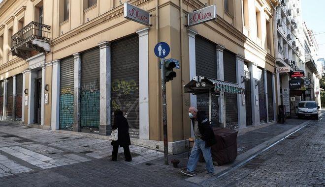 Άνθρωποι περπατούν στο κέντρο της Αθήνας εν μέσω Lockdown