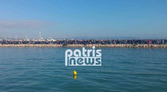 Θεοφάνεια: 'Βούλιαξε' η ακτή στο Κατάκολο κατά τη ρίψη του Τίμιου Σταυρού