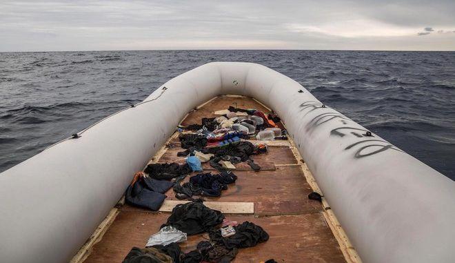 Βάρκα που μετέφερε μετανάστες και πρόσφυγες στα ανοιχτά της Λιβύης