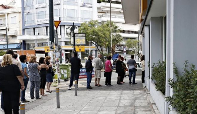 People queue at bank Automatic Teller Machines, after the announcement of a referendum for July 5 by the greek Prime Minister Alexis Tsipras, to decide whether or not Greece is to accept the measures proposed by the European Union (EU), the International Monetary Fund (IMF) and the European Central Bank (ECB), in Athens, on 27 June, 2015 /         ,        5      ,                    (),     ()     ,  ,  27 , 2015