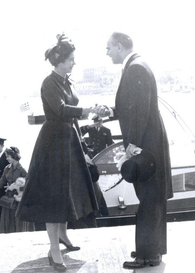 O Κωνσταντίνος Καραμανλής με τη βασίλισσα Φρειδερίκη στη Θεσσαλονίκη, Οκτώβριος 1958.