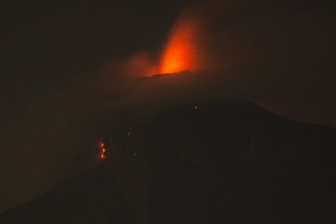 Εικόνα από το ηφαίστειο Φουέγο στην Γουατεμάλα, αποτυπώνει τους πίδακες λάβας που εκτοξεύονται στον σκοτεινό ουρανό στην πόλη Αλοτενάνγκο