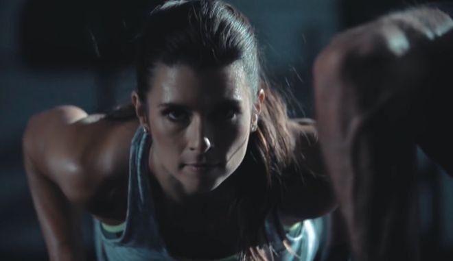 Βίντεο: Η Ντανίκα Πάτρικ βάζει τους φαν της στο γυμναστήριό της