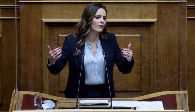 Αχτσιόγλου: Ο κ. Μητσοτάκης ακόμα και τώρα συνεχίζει να κοροϊδεύει την κοινωνία