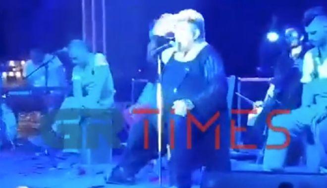 """Κραουνάκης: Έξαλλος τα """"έχωσε"""" σε μάνα σε συναυλία που έσπρωχνε τα παιδιά της"""