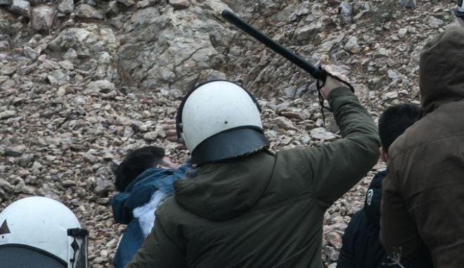 Επεισόδια στο λιμάνι των Μεστών στην Χίο, μεταξύ κατοίκων του νησιού και αστυνομικών που περίμεναν να επιβιβαστούν στο καράβι της επιστροφής προς την Αθήνα