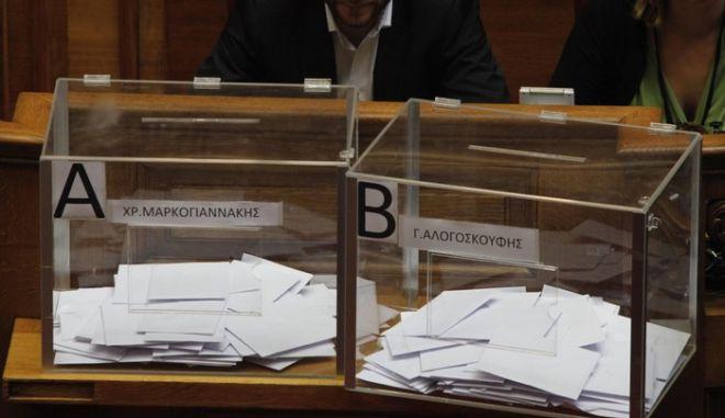 25-8-2011-ΑΘΗΝΑ-ΒΟΥΛΗ-στην ολομέλεια της Βουλής συζητείται η πρόταση των 108 βουλευτών του ΠΑΣΟΚ για τη συγκρότηση Ειδικής Επιτροπής Προκαταρκτικής Εξέτασης σχετικά με την υπόθεση της  Siemens του Χ. Μαρκογιαννάκη και του Γ. Αλογοσκούφη//  ΨΗΦΟΦΟΡΙΑ-ΚΑΛΠΕΣ.(EUROKINISSI-ΓΙΩΡΓΟΣ ΚΟΝΤΑΡΙΝΗΣ)