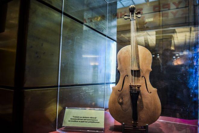 Βιολί που είχαν κατασκευάσει κρατούμενοι για να παίζουν μουσική πριν τις εκτελέσεις