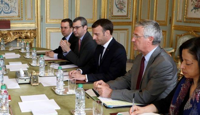 Στιγμιότυπο από κυβερνητική σύσκεψη υπό την προεδρία του Εμανουέλ Μακρόν
