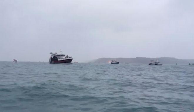 """Γαλλία-Βρετανία: Διαμαρτυρία Γάλλων αλιέων και απειλή """"θερμού επεισοδίου"""" στη Μάγχη"""