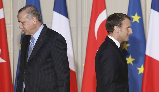 Ο Τούρκος πρόεδρος Ρετζέπ Ταγίπ Ερντογάν και ο Γάλλος ομόλογός του Εμανουέλ Μακρόν. (Ludovic Marin, Pool via AP)