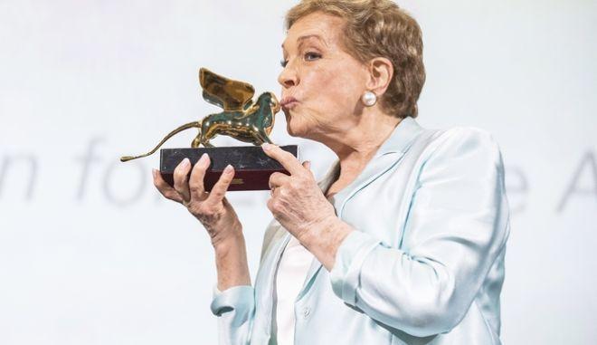 H Τζούλι Αντριους φιλάει το βραβείο της