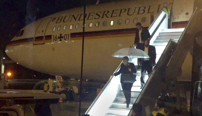 Η Γερμανίδα καγκελάριος Άνγκελα Μέρκελ κατεβαίνει από το κυβερνητικό αεροσκάφος στη Κολονία τον Νοέμβριο του 2018