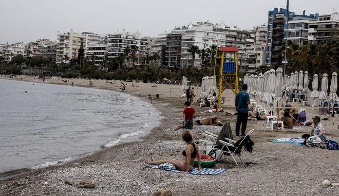 Στινιότυπο από την παραλία του Αλίμου, την Κυριακή του Πάσχα, 2 Μαΐου 2021