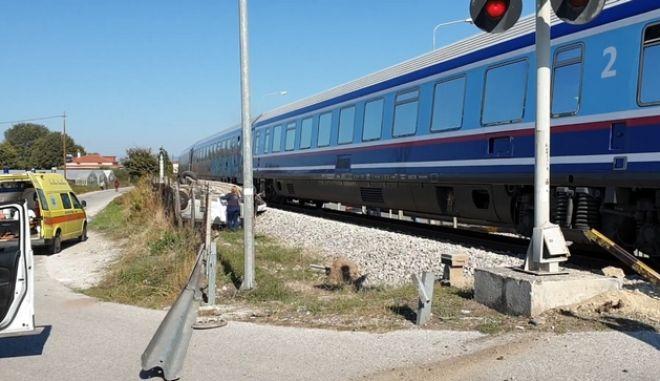 Σύγκρουση τρένου με ΙΧ στα Τρίκαλα - Μία νεκρή