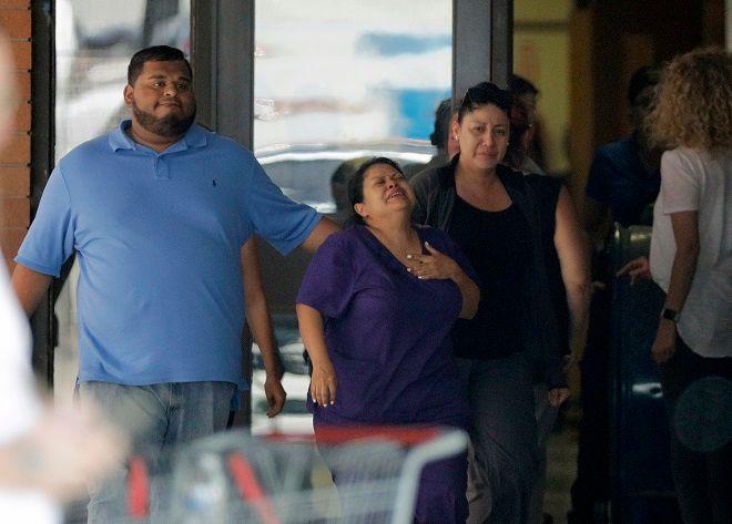 Γονείς μαθητών του Λυκείου της Σάντα Φε στο Τέξας, μετά την επίθεση από ελληνικής καταγωγής 17χρονο, με τουλάχιστον 10 θύματα