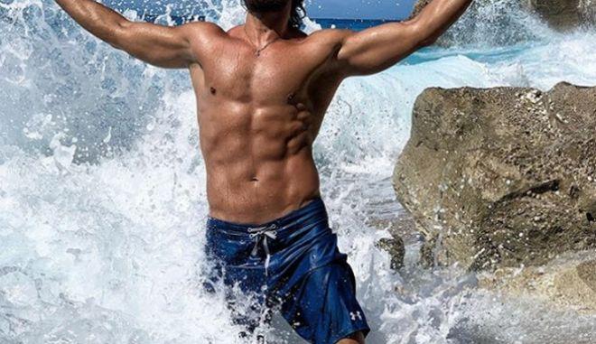 """Παίκτης του Survivor """"δαμάζει"""" τα κύματα"""
