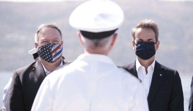 Μάικ Πομπέο και Κυριάκος Μητσοτάκης κατά την κοινή τους επίσκεψη στη βάση της Σούδας