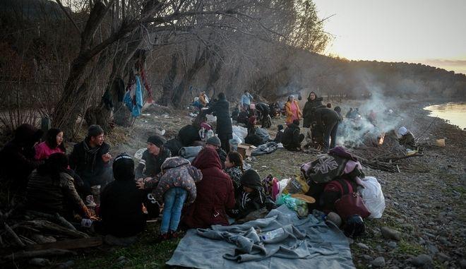 Περίπου 72 πρόσφυγες παραμένουν στην Σκάλα της Συκαμιάς, περιμένοντας την μεταφορά τους.