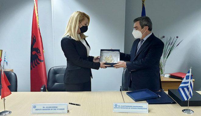 Ο υφυπουργός Προστασίας του Πολίτη Ε. Οικονόμου με την Υφυπουργό Εσ. της Αλβανίας, αρμόδια για θέματα καταπολέμησης εμπορίας ανθρώπων, Romina Kuko.