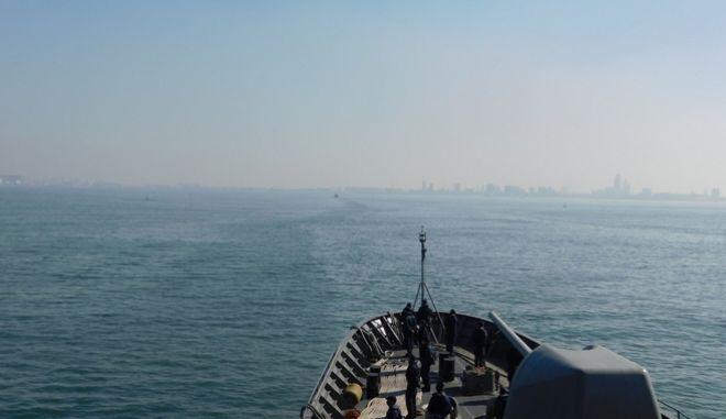 Την Τρίτη 26 Ιανουαρίου 2021 η Φρεγάτα (Φ/Γ) ΥΔΡΑ κατέπλευσε στον λιμένα Αλεξάνδρειας Αιγύπτου και την Τετάρτη 27 Ιανουαρίου 2021 εκτέλεσε συνεκπαίδευση με την Αιγυπτιακή Φ/Γ ENS TABA στην ευρύτερη θαλάσσια περιοχή του λιμένα Αλεξάνδρειας. Η εν λόγω δραστηριότητα πραγματοποιήθηκε σε συνέχεια της επίσημης επίσκεψης του Αρχηγού ΓΕΕΘΑ Στρατηγού Κωνσταντίνου Φλώρου στην Αίγυπτο, κατά την διάρκεια της οποίας μεταξύ άλλων συμφωνήθηκε η περαιτέρω ενίσχυση των ήδη άριστων σχέσεων μεταξύ των Ενόπλων Δυνάμεων των δύο χωρών. Η ανωτέρω συνεργασία προστίθεται στο ήδη εκτενές πρόγραμμα κοινών δραστηριοτήτων μεταξύ των ΕΔ Ελλάδας και Αιγύπτου που υλοποιεί και σε στρατιωτικό επίπεδο την ύψιστη προτεραιότητα και των δύο χωρών, για τη διατήρηση της ασφάλειας και της σταθερότητας στην ευρύτερη περιοχή της Ανατολικής Μεσογείου και της Μέσης Ανατολής. Επιπρόσθετα η συνεκπαίδευση συνέβαλε στην προαγωγή του επιπέδου της επιχειρησιακής ετοιμότητας, της μαχητικής ικανότητας και της συνεργασίας Μονάδων Ελλάδας και Αιγύπτου καθώς και στην ενίσχυση της ναυτικής τους παρουσίας στην περιοχή της Ανατολικής Μεσογείου. (EUROKINISSI/ΓΕΕΘΑ)