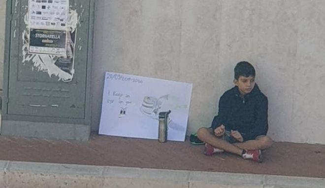 O 12χρονος Ποτίτο Ρουγκιέρο διαδηλώνοντας για το κλίμα στην πόλη του