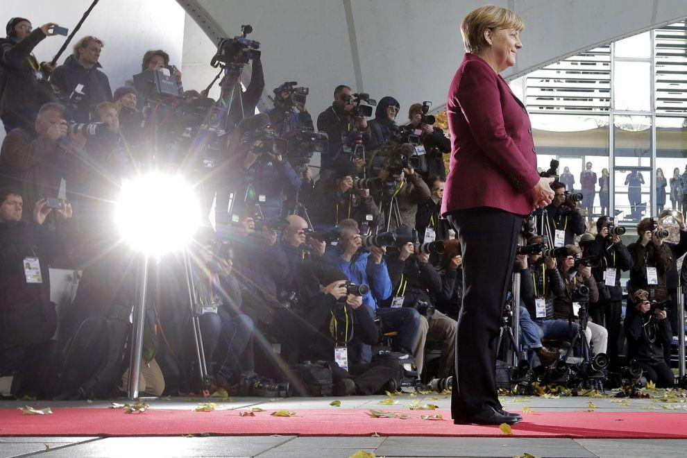 Η Άνγκελα Μέρκελ περιμένει τον Μπαράκ Ομπάμα πριν την συνάντηση των ηγετών της Γερμανίας, Γαλλίας, Ιταλίας, Ισπανίας και Βρετανίας με τον πρόεδρο των ΗΠΑ, 2016