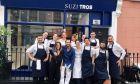 H ομάδα του Suzi Tros έξω από το εστιατόριο