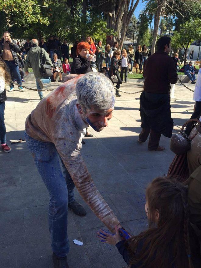 Ο 'αλευρωμένος Περιφερειάρχης' διασκέδασε στο κέντρο της Αθήνας