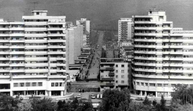 4 - Η απίστευτη μεταφορά κτιρίου 7.600 τόνων στην Ρουμανία πάνω σε ράγες