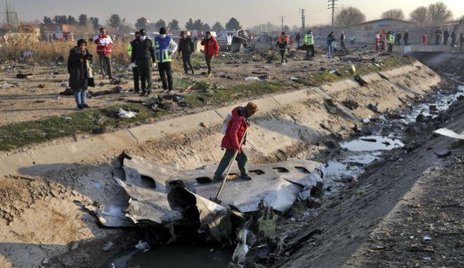 Έρευνες στο σημείο όπου συνετρίβη το ουκρανικό αεροσκάφος.