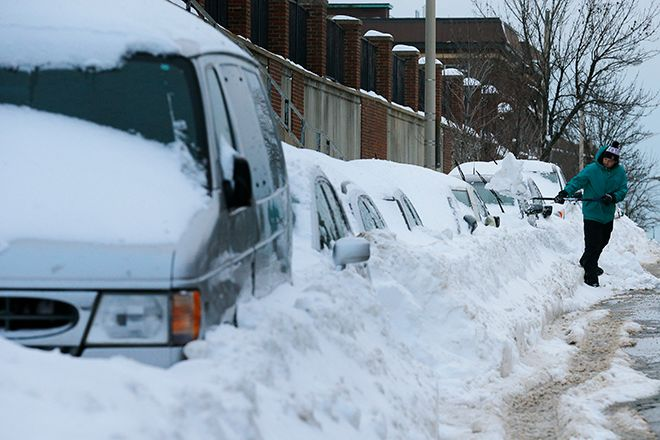 Peter Gonsiorowski works to shovel out his car following a winter blizzard in Somerville, Massachusetts January 28, 2015. A powerful blizzard struck Boston and surrounding New England on Tuesday, leaving some 4.5 million people grappling with as much as three feet of snow and coastal flooding.  REUTERS/Brian Snyder   (UNITED STATES - Tags: ENVIRONMENT) - RTR4NAUE