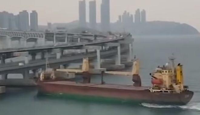 Μεθυσμένος καπετάνιος έριξε φορτηγό πλοίο πάνω σε γέφυρα