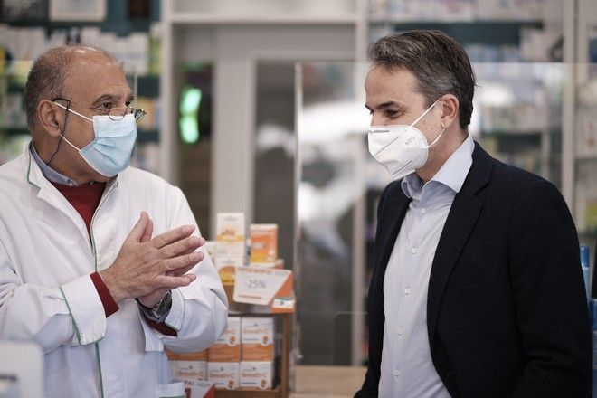 Μητσοτάκης: Σε φαρμακείο με την κόρη του για να προμηθευτούν self-test