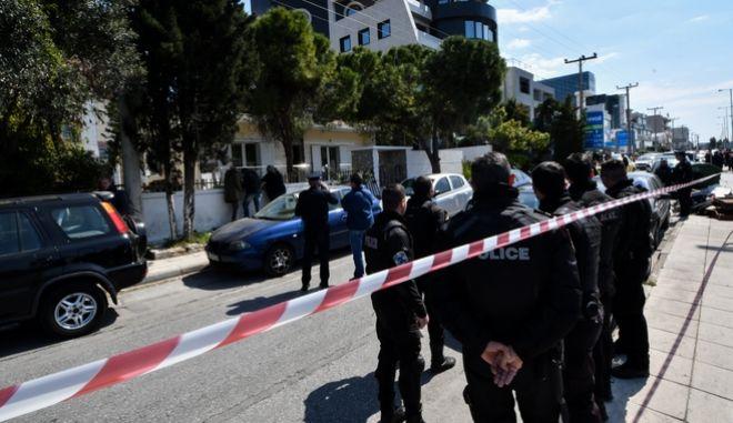 Πτέραρχος εν αποστρατεία πυροβόλησε τη σύντροφό του μέσα στο σπίτι του επί της Λ. Βουλιαγμένης στο Ελληνικό.
