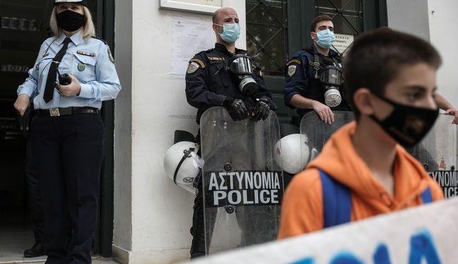 Συγκέντρωση αλληλεγγύης έξω από το κτίριο της Ευελπίδων όπου ο 14χρονος μαθητής απολογείται στον ανακριτή για κακούργημα μετά την σύλληψή του στο μαθητικό συλλαλητήριο, την Δευτέρα 19 Οκτωβρίου 2020. (EUROKINISSI/ΣΤΕΛΙΟΣ ΜΙΣΙΝΑΣ)