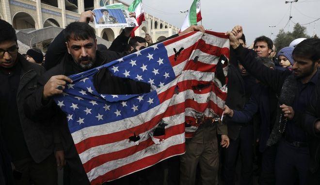 Διαδηλωτές καίνε τη σημαία των ΗΠΑ μετά τη δολοφονία του Σουλεϊμανί στο Ιράν