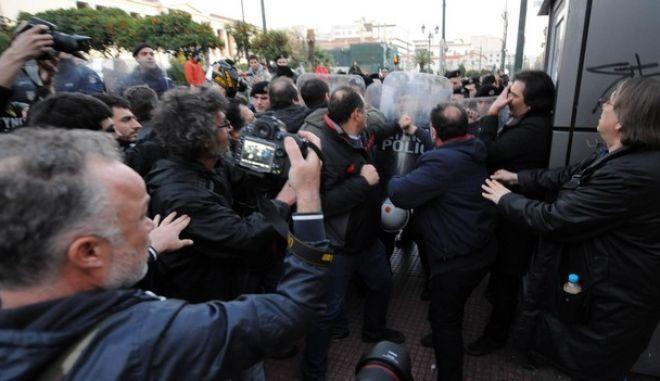 Ένταση στα Προπύλαια στη συγκέντρωση ΑΝΤΑΡΣΥΑ κατά της ελληνικής προεδρίας